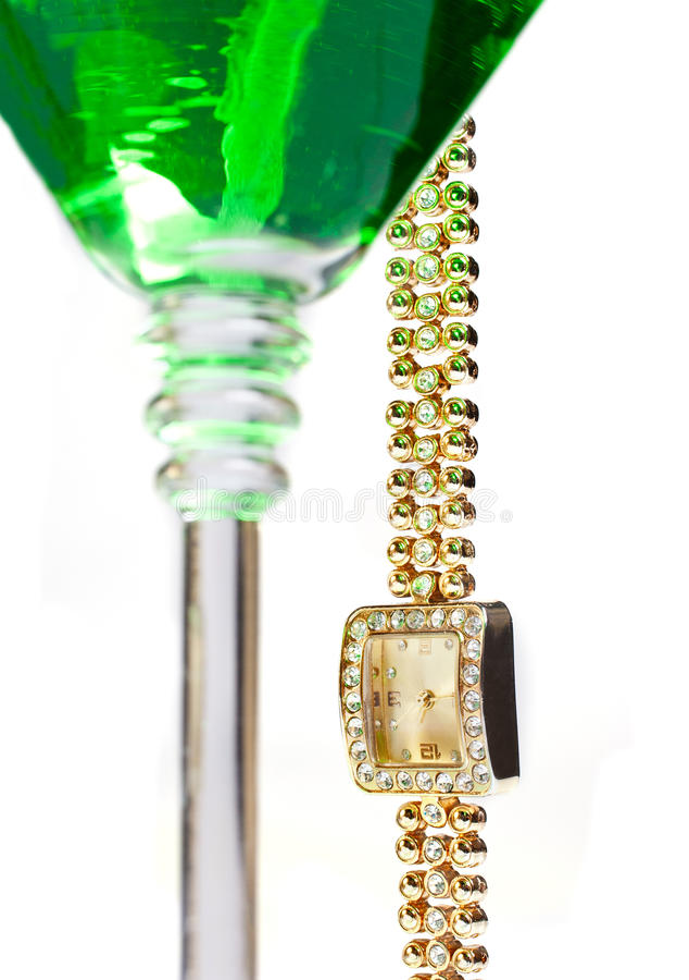 Relógio de pulso que pendura do vidro de martini fotos de stock
