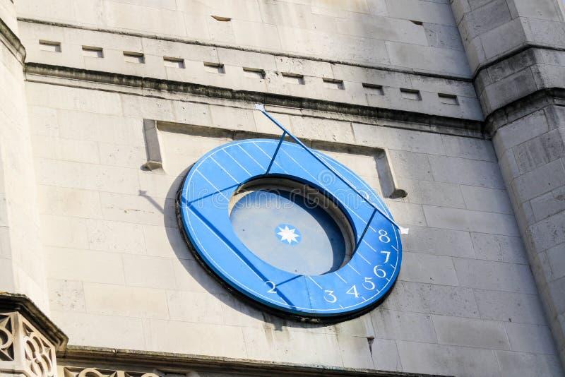 Relógio de sol na igreja do ` s do St Margareth perto da abadia de Westminster foto de stock royalty free