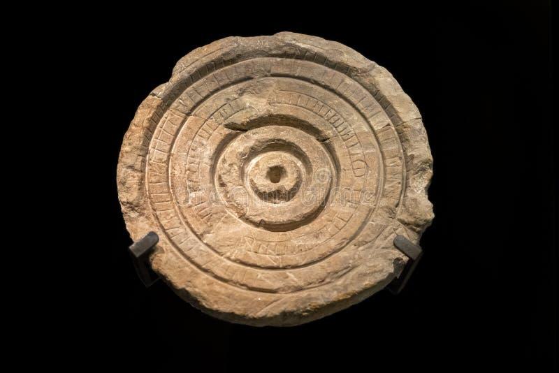 Relógio de sol de pedra do local de Qumran imagem de stock royalty free