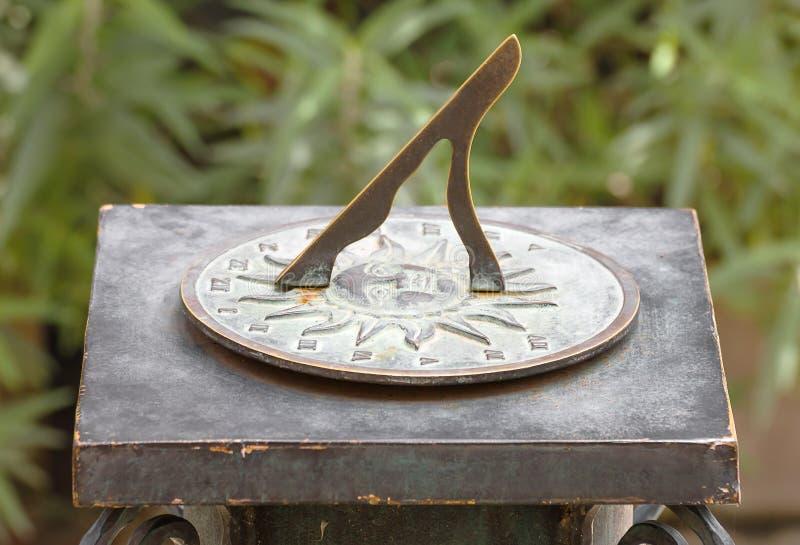 Relógio de sol romano antigo no jardim imagem de stock royalty free