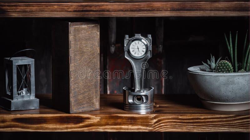 Relógio do metal feito a mão Presente chique Feito sob medida do pistão e do cilindro do carro fotografia de stock