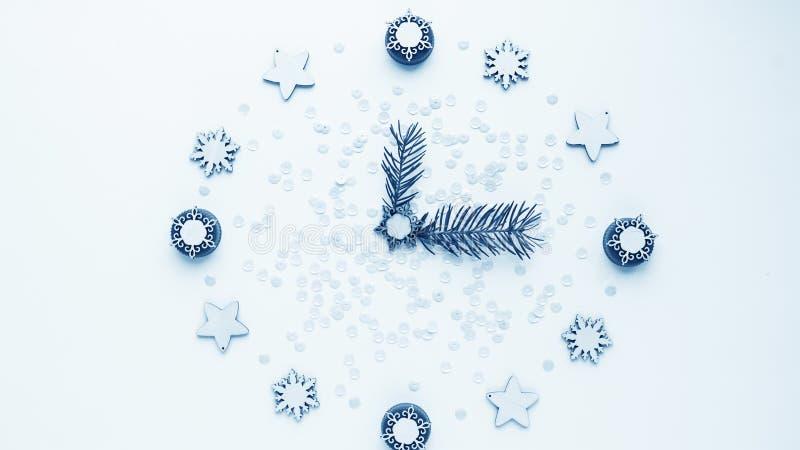 Relógio do ` s do ano novo na tabela, apresentada os detalhes Seletor de t imagem de stock