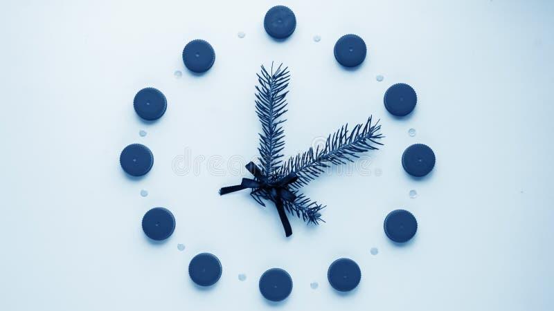 Relógio do ` s do ano novo na tabela, apresentada os detalhes Seletor de t imagens de stock