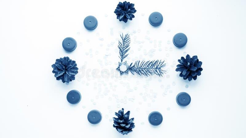 Relógio do ` s do ano novo na tabela, apresentada os detalhes Seletor de t fotografia de stock royalty free