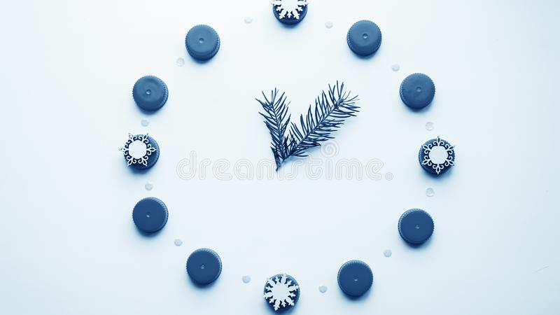 Relógio do ` s do ano novo na tabela, apresentada os detalhes Seletor de t fotos de stock