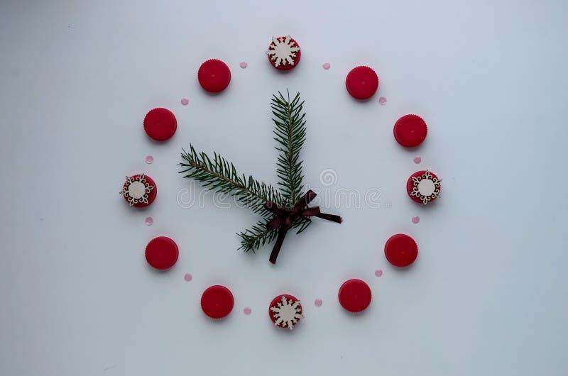 Relógio do ` s do ano novo na tabela, apresentada os detalhes Seletor de t imagem de stock royalty free
