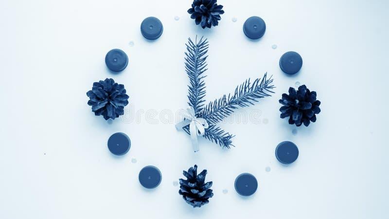 Relógio do ` s do ano novo na tabela, apresentada os detalhes Seletor de t foto de stock