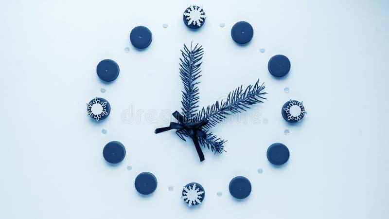 Relógio do ` s do ano novo na tabela, apresentada os detalhes Seletor de t fotos de stock royalty free
