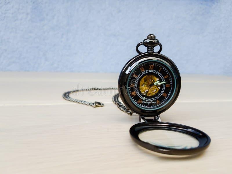 Relógio do vintage do preto e do ouro com corrente de prata fotografia de stock