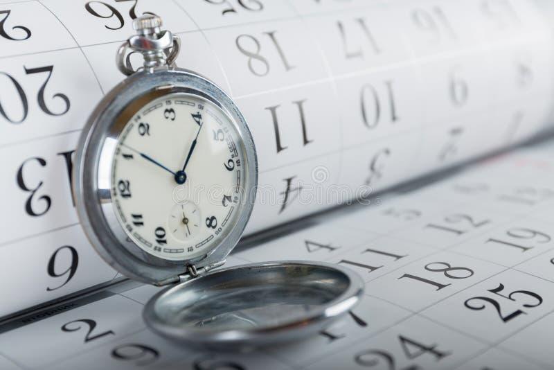 Relógio e calendário velhos de bolso fotografia de stock royalty free