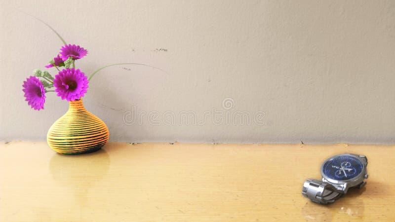 Relógio e flor fotos de stock