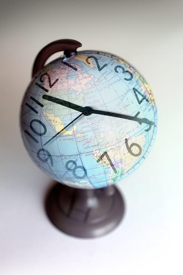 Relógio em um globo fotos de stock royalty free