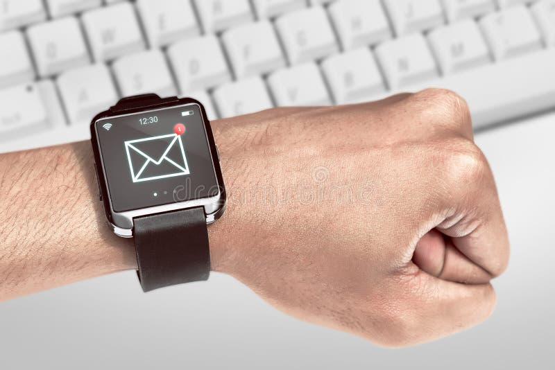 Relógio esperto com ícone unread da mensagem imagem de stock