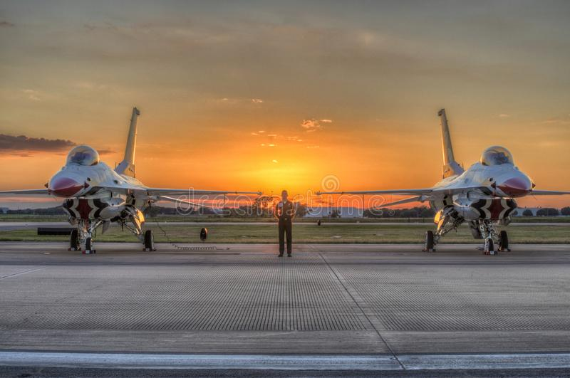 Relógio estando sobre Thunderbirds imagens de stock royalty free