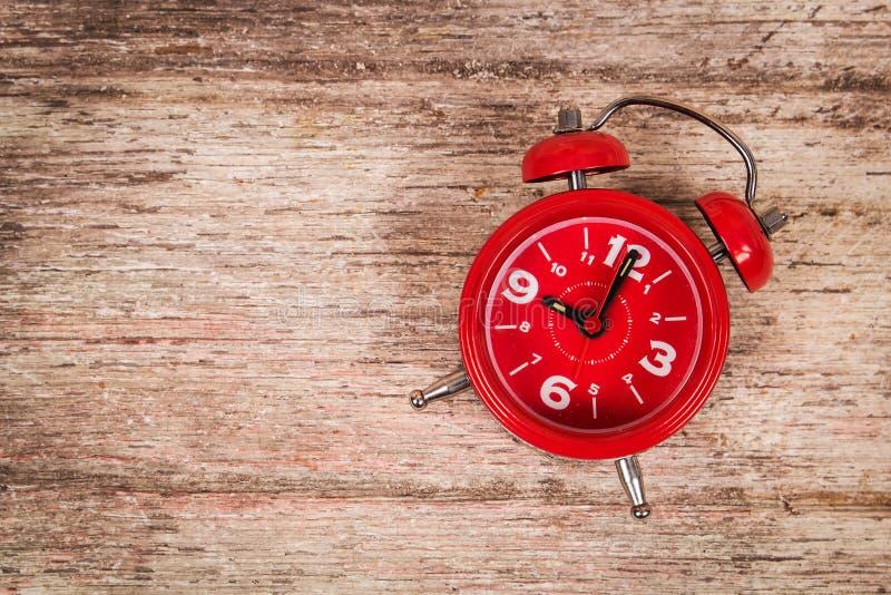 Download Relógio No Fundo De Madeira Imagem de Stock - Imagem de sumário, relógio: 65580861