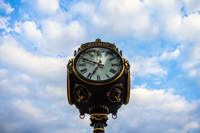 Relógio público no Rei Mihai I estaciona o parque Herastrau em Bucareste, Romênia, 2019 imagem de stock