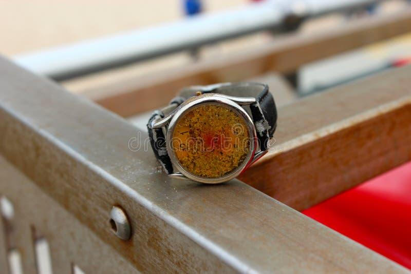 Relógio perdido na praia imagens de stock
