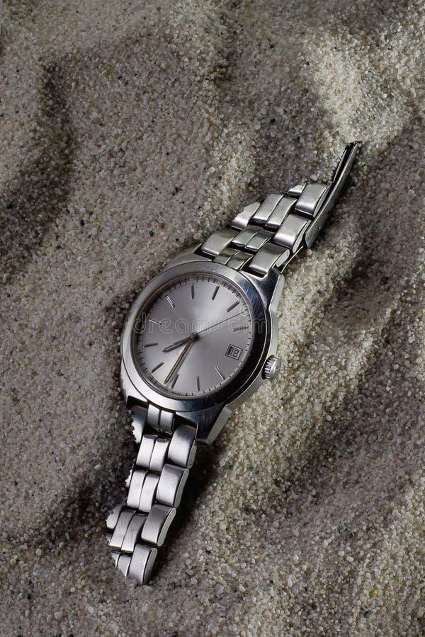Relógio perdido velho coberto pela areia fotografia de stock