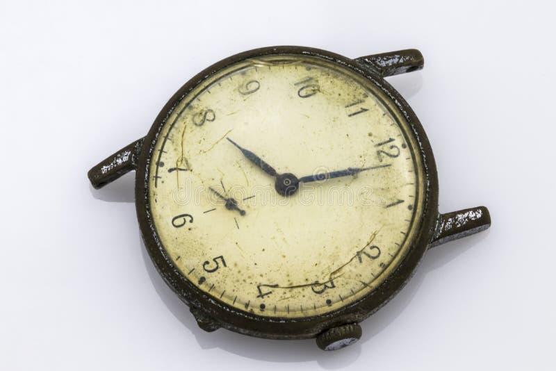 Relógio quebrado do vintage, no branco imagem de stock