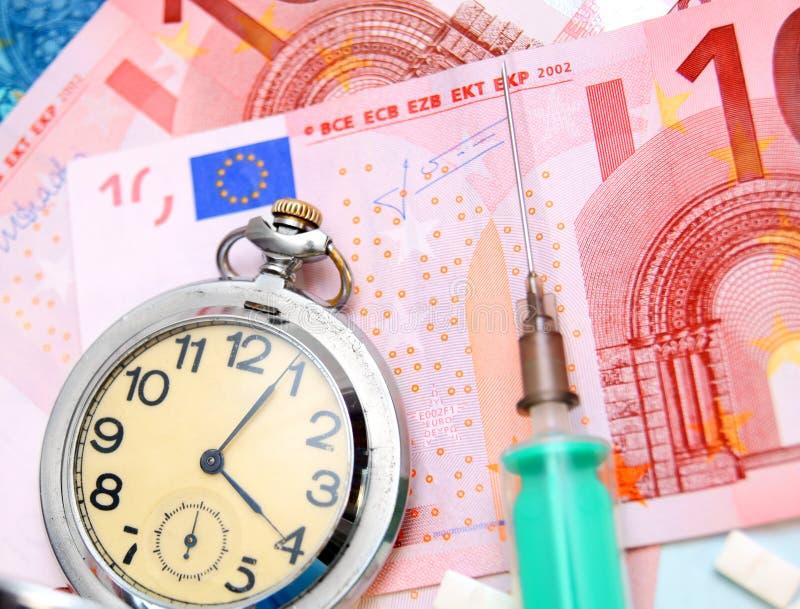 Relógio, tabuletas e seringa para euro- cédulas fotos de stock royalty free