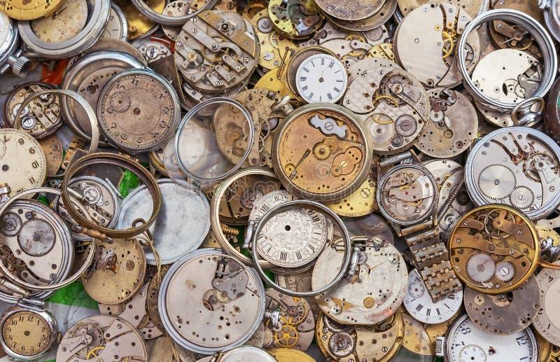 Relógios antigos de formas e de tamanhos diferentes Fundo com pulso de disparo do vintage imagem de stock royalty free