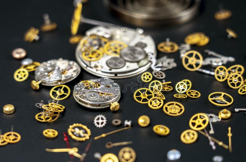 Relógios de pulso, maquinismo de relojoaria, composição das partes do mecanismo do pulso de disparo foto de stock