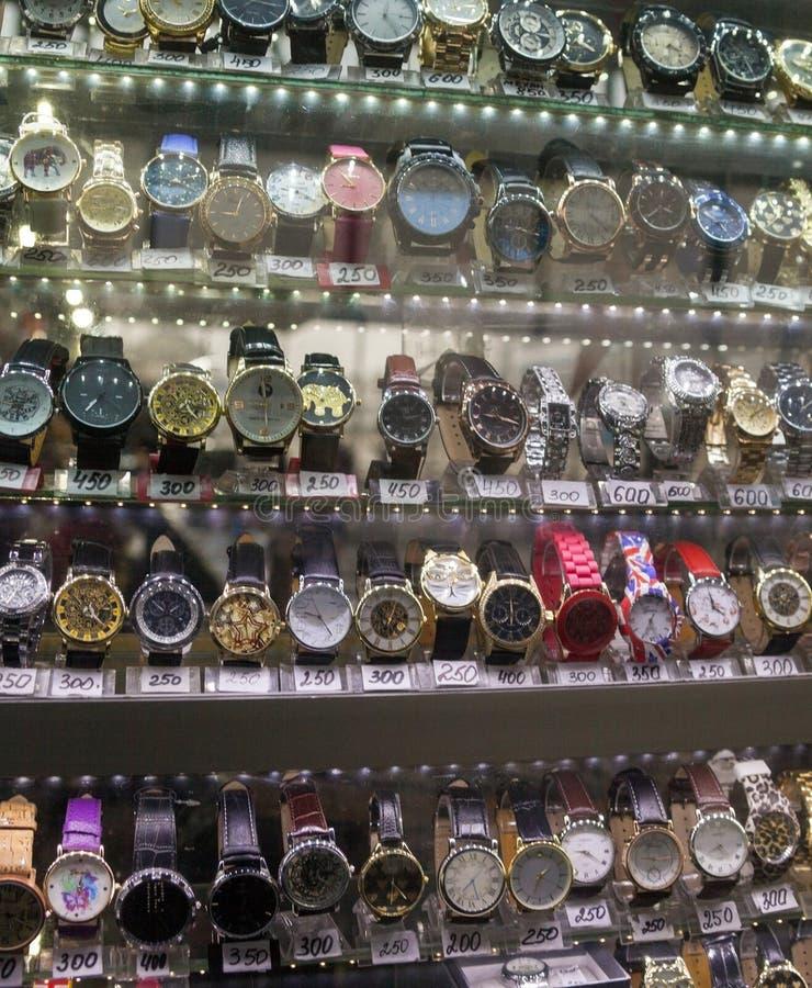 Relógios diferentes para a venda no mercado imagem de stock