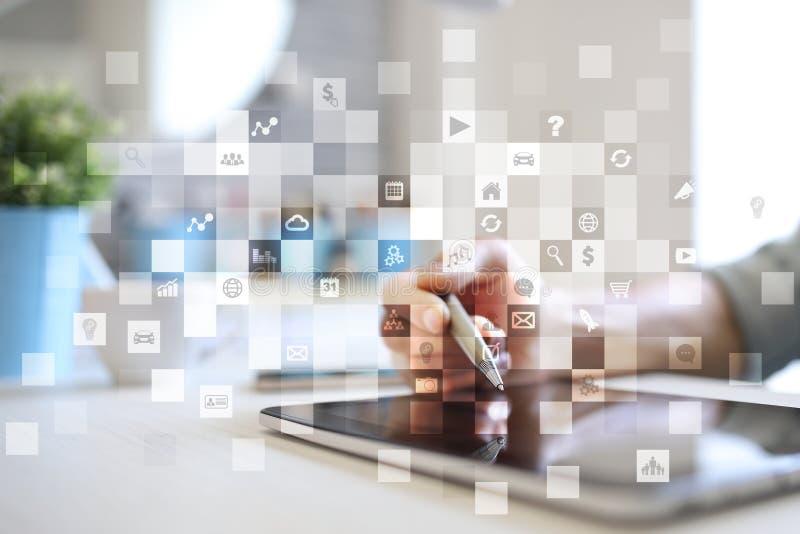 Relação da tela virtual com ícones das aplicações apps Conceito da tecnologia do Internet do planeamento da estratégia foto de stock royalty free
