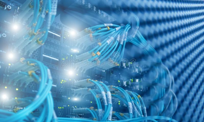 Relação do conector ótico da fibra Luz azul borrada do fundo da tecnologia imagens de stock royalty free
