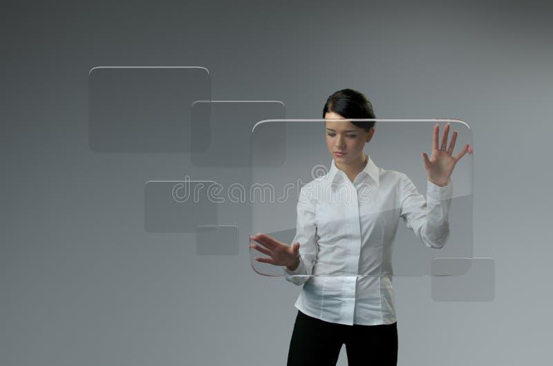 Tecnologia futura. Relação do écran sensível do botão da imprensa da menina.