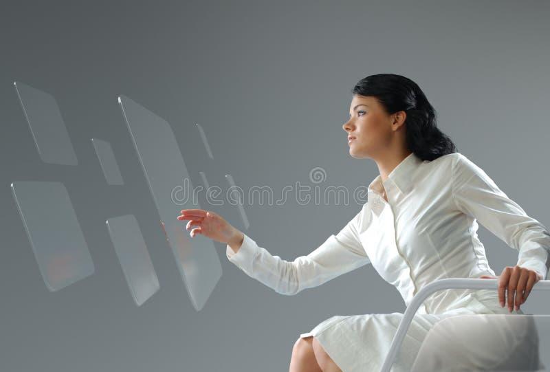 Tecnologia futura. Relação do écran sensível do botão da imprensa da menina. foto de stock