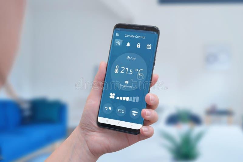 Relação moderna do app do controle do clima em um smartphone à disposição imagem de stock