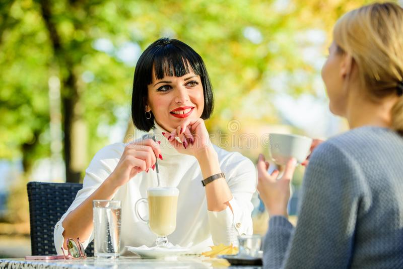 Relações amigáveis da amizade Discutindo boatos Uma comunicação confiante Irmãs da amizade Reuni?o da amizade fotografia de stock