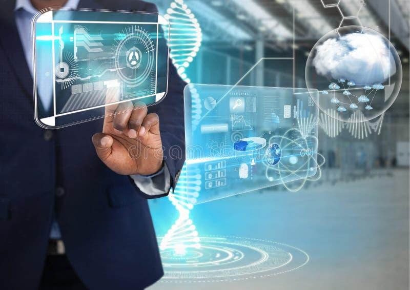 Relações da tecnologia e ar tocante do homem de negócios na frente do interior do armazém imagem de stock