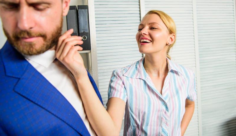 Relações dos colegas de escritório Agressão sexual e perseguição no local de trabalho Acosso sexual da mão de obra Secretário da  foto de stock