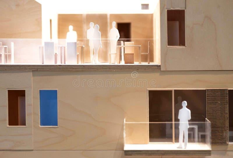 Relações dos povos na disposição builging do bloco, de madeira e de cartão, modelo de uma comunicação humana fotos de stock royalty free