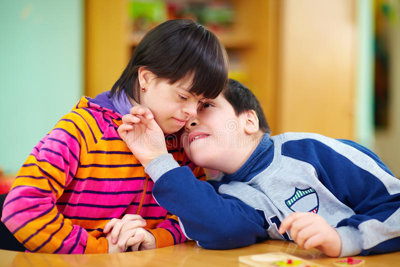 Relações entre crianças com inabilidades imagem de stock royalty free