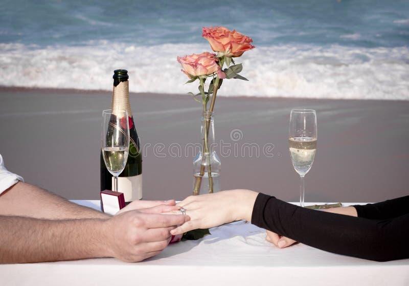 Relación romántica de los amantes del océano de la playa del amor de los pares del compromiso imagenes de archivo
