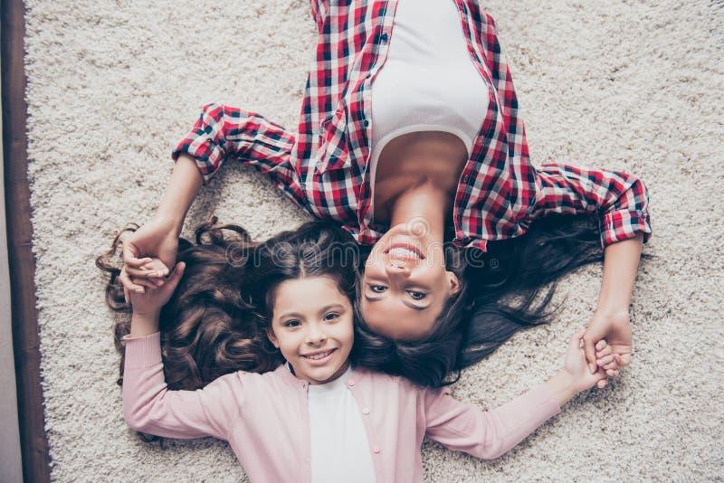 Relacionamento amigável entre a mãe e sua filha pequena A fotos de stock