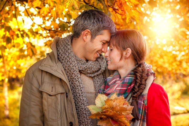 Relacionamento da queda do outono foto de stock