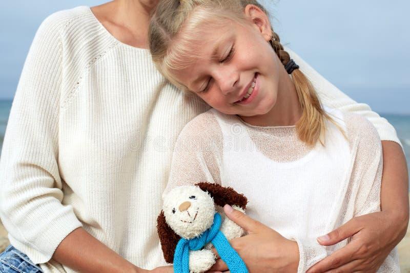 Relacionamentos de família Matriz que abraça sua filha O conceito o imagem de stock royalty free