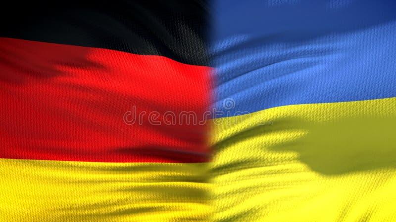 Relaciones del fondo de las banderas de Alemania y de Ucrania, diplomáticas y económicas, comercio fotografía de archivo