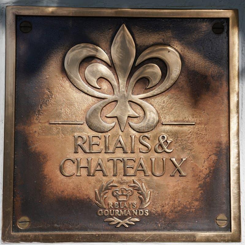 Relais- & ChateauxRelaisgourmander undertecknar in fläderbärhusrestaurangen arkivbilder