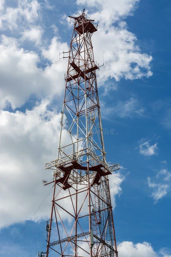 Relaistoren tegen hemel stock foto's