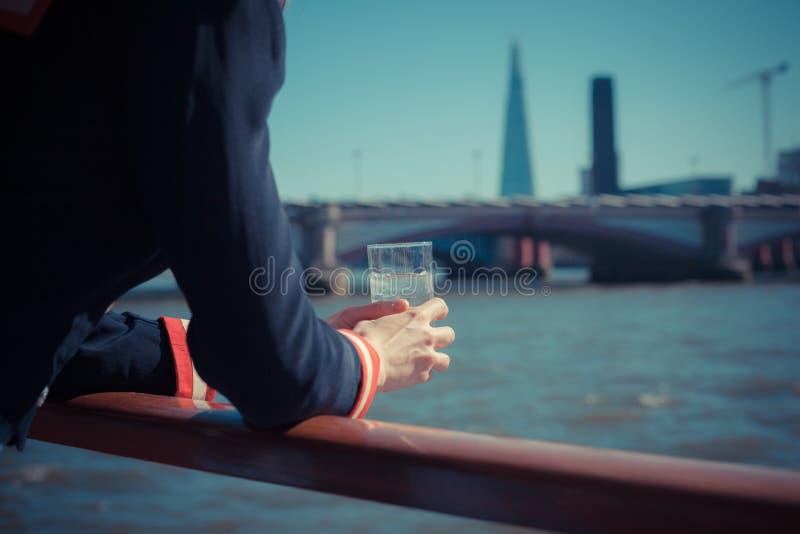 Relajación con la bebida del agua en un barco imágenes de archivo libres de regalías