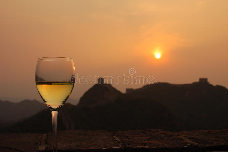 Relajación con un vidrio de vino blanco imágenes de archivo libres de regalías