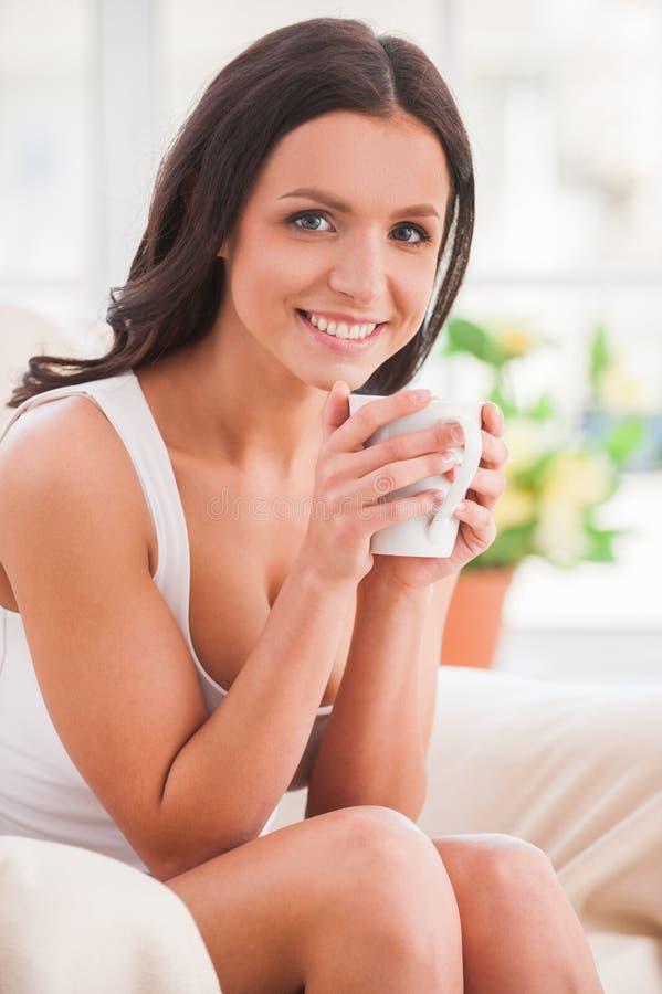 Relajación con una taza de café fresco. imagen de archivo
