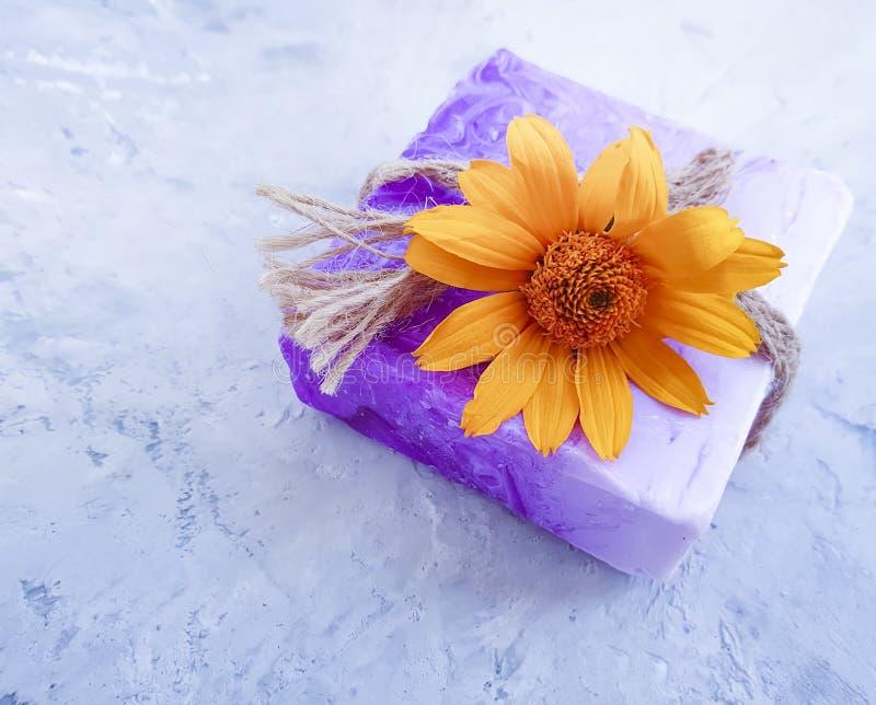 Relajación cosmética del calendula de la flor del jabón hermosa en un fondo concreto gris imagenes de archivo