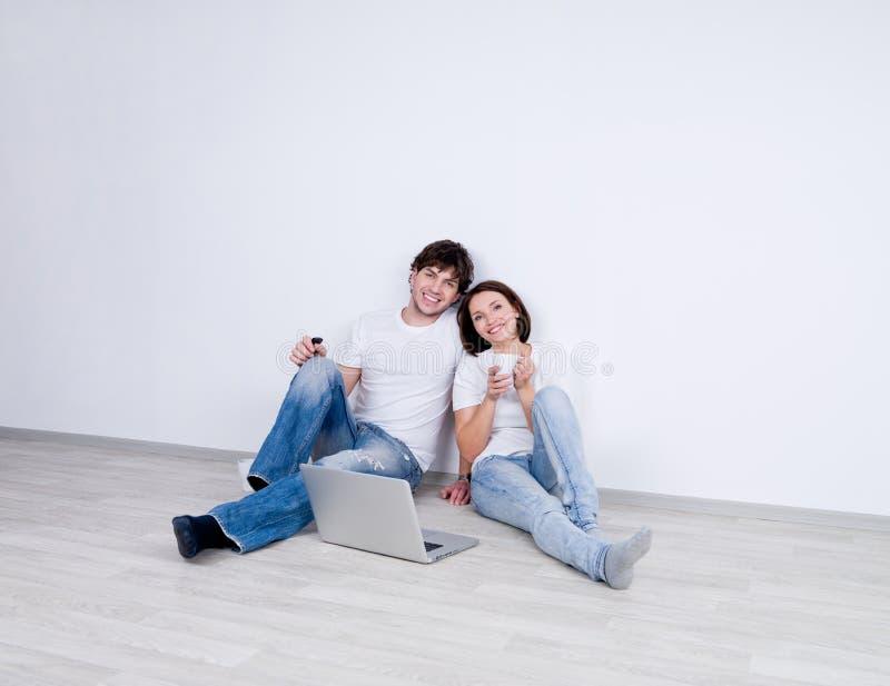 Relajación de los pares en nuevo hogar imagen de archivo libre de regalías