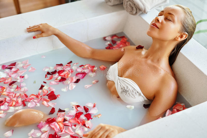 Relajación del balneario Cuidado del cuerpo de la mujer Baño de la flor Skincare de la belleza fotos de archivo libres de regalías